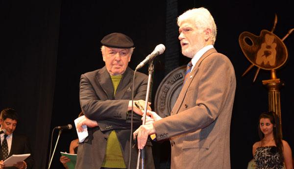 Daniel Viglietti recibe el Morosoli de Oro. © Fundación Lolita Rubial