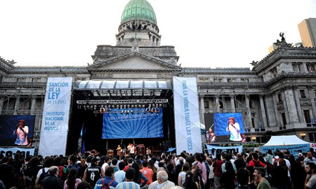 Artistas argentinos celebraron la creación del Instituto de la Música con un festival frente al Congreso.
