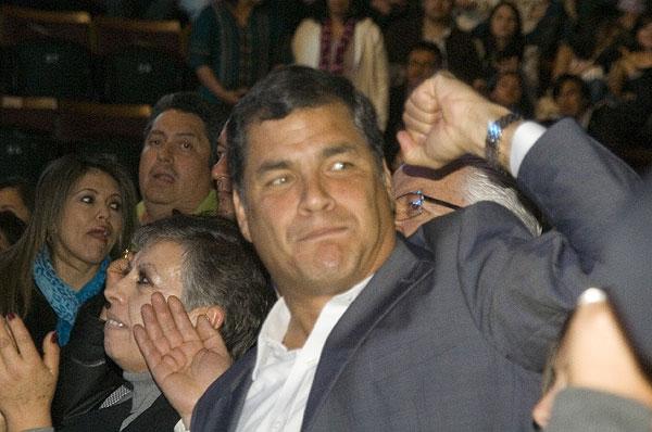 El presidente de Ecuador, Rafael Correa, asistió al concierto junto con otras personalidades de la política local y nacional y acompañó, puño en alto, el coro de la canción «El pueblo unido jamás será vencido» interpretada por Quilapayún-Carrasco.  © Pol Pintanel