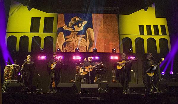 El grupo Quilapayún-Carrasco se presentó con su elenco chileno —sin los principales miembros de su elenco francés— y sin su director Eduardo Carrasco. © Pol Pintanel