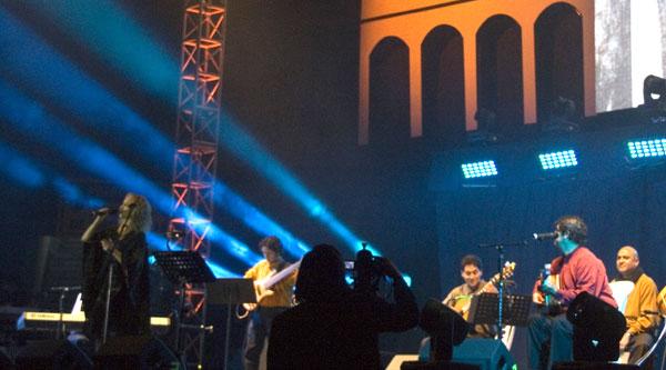 El grupo ecuatoriano Quimera —en la voz de Patricia Rameix— cantó una de las canciones más coreadas de la noche: el pasillo «El pañuelo blanco». © Pol Pintanel