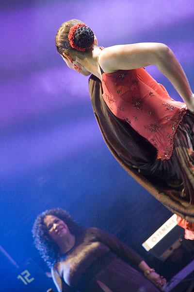 Eva Ayllón se acompañó también por una bailarina que mostró coreografías de una parte de la cultura musical peruana. © Pol Pintanel