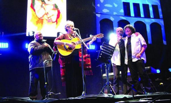 Joan Báez invitó a Pablo Milanés, Luis Eduardo Aute, León Gieco y Piero a cantar.
