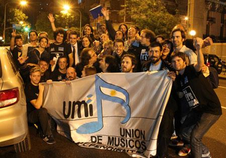 Músicos de UMI y FA-MI festejando con el diputado Eric Calcagno luego de la sesión en la que se aprobó el texto de Ley Nacional de la Música. © Ivan Solomonoff