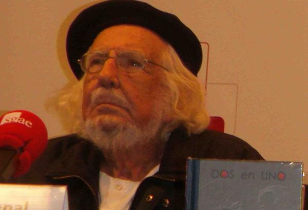 Ernesto Cardenal durante la presentación del libro-disco «Dos en uno» en la Sala Manuel de Falla de la SGAE.