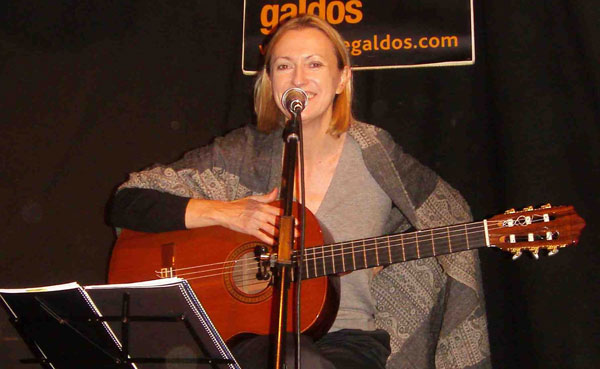 Inés Fonseca cantado a Ernesto Cardenal en el Café Galdós de Madrid.