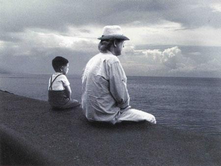 Los dos Autes (el niño y el adulto) mirando el mar.