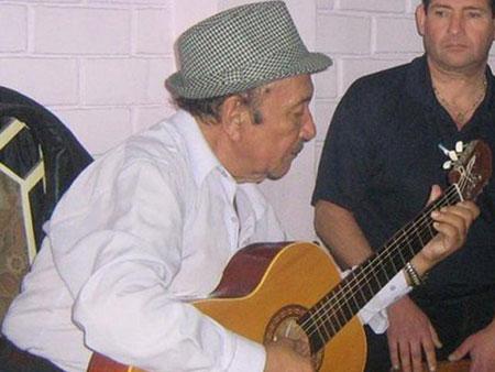 Genaro Ganoza, segunda guitarra, compositor y fundador del trío peruano de música criolla Los Kipus.