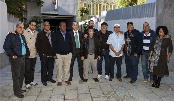 Los componentes del Grupo Compay Segundo y el consejero de Cultura del Cabildo de Gran Canaria, Larry Álvarez (el quinto por la izquierda), posan juntos antes de iniciarse la rueda de prensa ofrecida hoy en el Teatro Cuyas de la capital grancanaria. © EFE