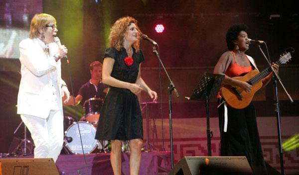 Teresa Parodi, Ana Prada y Yusa anoche en la cuarta luna de Cosquín. © Paul Amiune