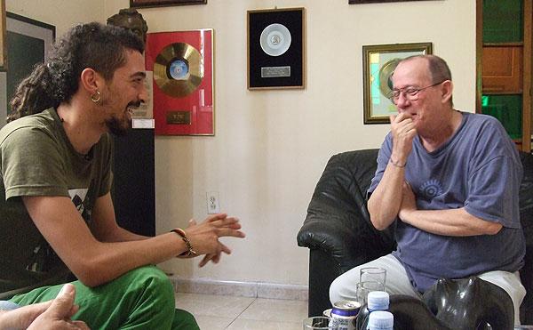 Paskual Kantero «Muerdo» con Silvio Rodríguez durante el último viaje del trovador español a Cuba.