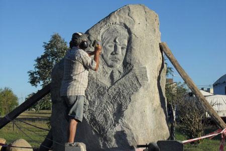 Eduardo Rodríguez Del Pino trabajando en la escultura en homenaje a Alfredo Zitarrosa.