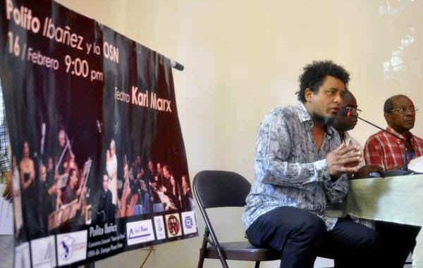 Polito Ibáñez presentando el concierto en el teatro Karl Marx.
