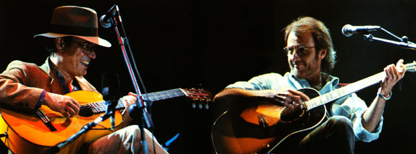 Silvio Rodríguez y Luis Eduardo Aute en la primera gira «Mano a mano» en el año 1993. © Manuel S. Alcántara