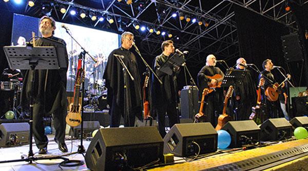 El Quilapayún-Carrasco el 17 de enero de 2013 en Quito (Ecuador) formado por Rubén Escudero, Fernando Carrasco, Ismael Oddó, Ricardo Venegas, Eduardo Carrasco y Caíto Venegas.