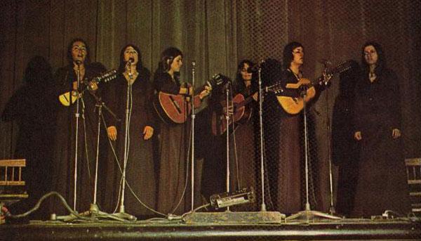 El Quilapayún-F en una foto de la revista Ritmo publicada el 16 de enero de 1973. © Gentileza Germán Mollo