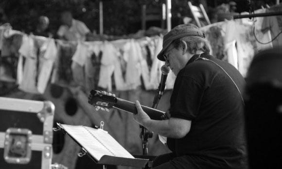 Silvio Rodríguez abriendo la primera edición del festival «Peace and Love» celebrado en Cuba el 2011.  © Ivan Soca