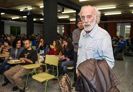 El cantautor Javier Krahe, a su llegada al IES Al-Qázeres en Cáceres, donde ha participado en una charla con alumnos dentro del Aula de Cultura «Jose María Valverde» que organiza la Asociación de Escritores Extremeños. © EFE
