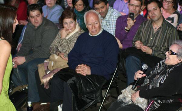Montse Castellà bajó del escenario para rendir homenaje a Neus Català, superviviente de los campos de exterminio de Ravensbrück, que con 97 años acudió al concierto. © Xavier Pintanel