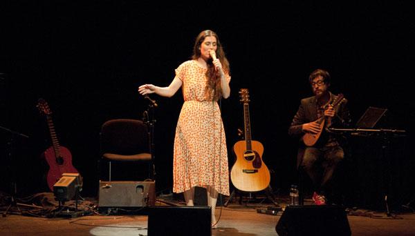 Silvia Pérez Cruz, acompañada por Raül Fernández «Refree». © Amanda Bernal