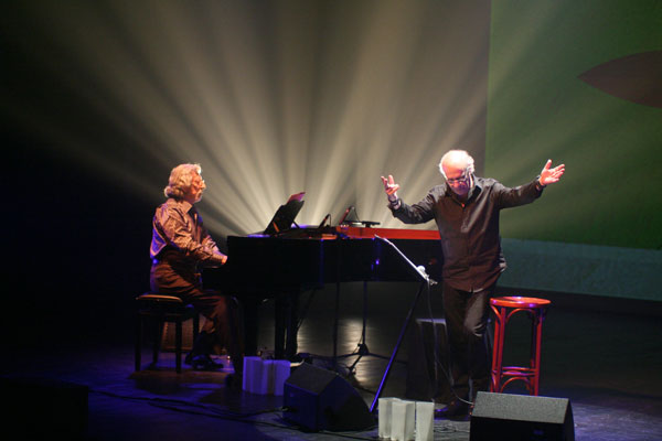 Francesc Burrull acompaña al piano a Joan Isaac. © Xavier Pintanel