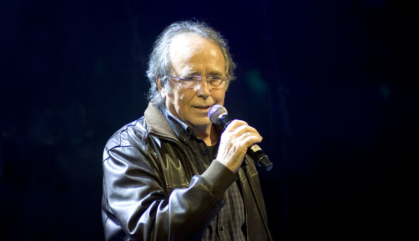 Joan Manuel Serrat cantando «Cada dia» en el Concierto-Homenaje a Tony Ronald. © Xavier Pintanel