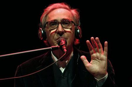 El cantante Franco Battiato, una de las personalidades más originales del panorama musical italiano, en su último concierto en Barcelona hace una semana. © EFE