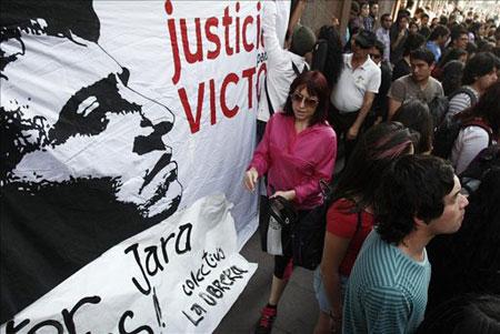 Manifestantes se congregan en memoria de Víctor Jara en santiago de Chile. © EFE