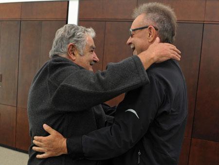 El Presidente del Uruguay Pepe Mujica abraza a León Gieco en el encuentro del pasado viernes. © Presidencia del Uruguay
