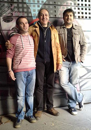 Pere Camps entre Cesk Freixas (i) y Miquel Abras (d) en la rueda de prensa donde el director del BarnaSants hizo la valoración del festival de este año que hoy finaliza. © Xavier Pintanel