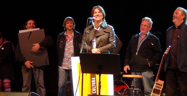 Sílvia Comes recibe el premio BarnaSants al mejor concierto por su espectáculo «Fuertes». © Imma Hernández