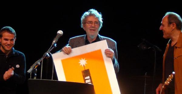 Cesk Freixas entrega el premio BarnaSants a la trayectoria artística a Francesc Pi de la Serra. © Imma Hernández