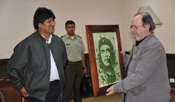 El Presidente de Bolivia Evo Morales le entrega a Silvio Rodríguez en el hotel Casa Blanca de Santa Cruz un retrato del Che hecho con hojas de coca, obra del artista paceño Gastón Ugalde. © Presidencia del Estado Plurinacional de Bolivia
