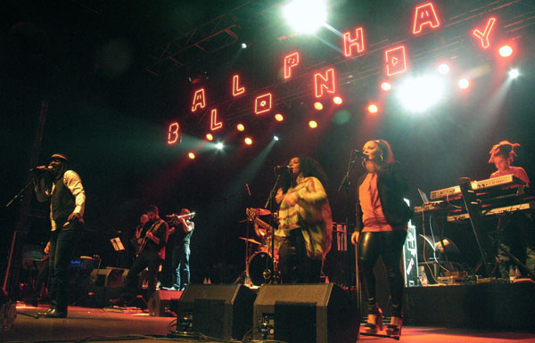 Alpha Blondy y su banda. © Manel Gausachs