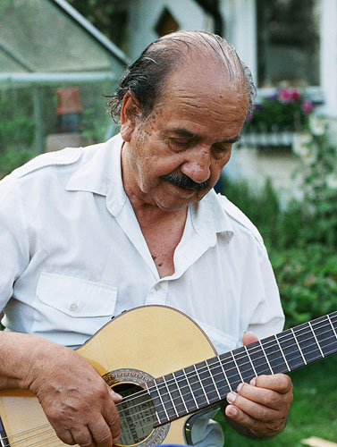 Don Lautaro Parra en su cabaña de Hemfosa (2007) © Hannes Salo