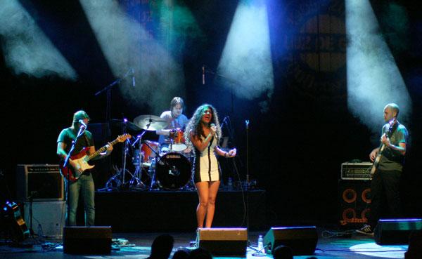Julieta Rada y su banda en la la Sala Luz de Gas de Barcelona. © Xavier Pintanel