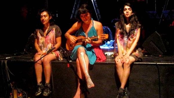 Camila Moreno (centro) y AirelavaleriA (derecha) cuando esta última formaba parte de la banda Los Disfruto.