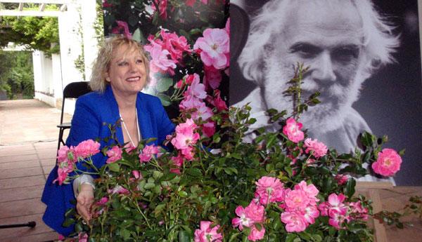 Marina Rossell presenta la rosa «Georges Moustaki».
