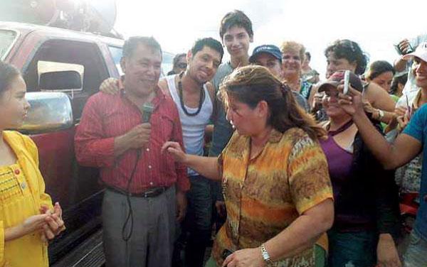 Gonzalo Hermosa cantando en el bloqueo de Yapacaní. © Beby Gutiérrez A.