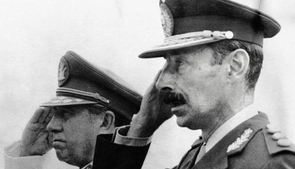 Videla (derecha) y Pinochet (izquierda). Al menos uno de los dos murió en la cárcel.