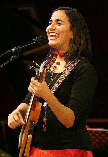 Marta Gómez, presentando «El corazón y el sombrero» en marzo de 2011 © Xavier Pintanel