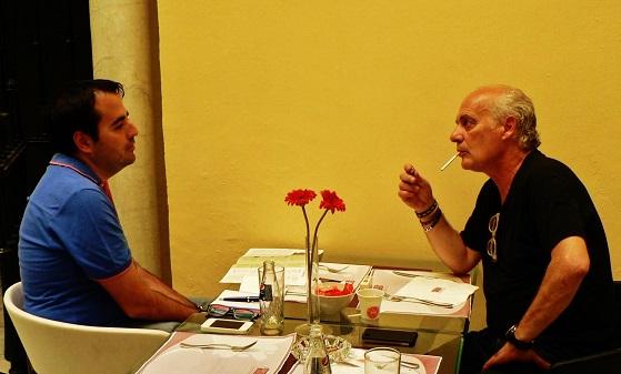 Luis García Gil conversando con Joan Isaac bajo la luz de Sevilla © Mª Gracia Correa