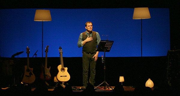 Ismael Serrano en su reciente concierto en el Teatro Barts de Barcelona en el que presentó «Todo empieza y todo acaba en ti». © Xavier Pintanel