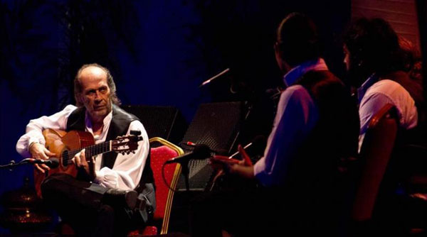 El guitarrista Paco de Lucía, acompañado por los cantaores Rubio de Pruna y David de Jacoba, durante su actuación en el Festival de músicas sacras de Fez. © EFE