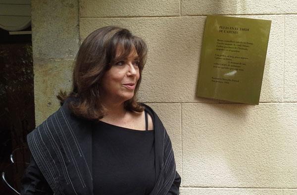Maria del Mar Bonet frente a la placa del poema de Bartomeu Rosselló-Pòrcel «Pluja en el jardí de l
