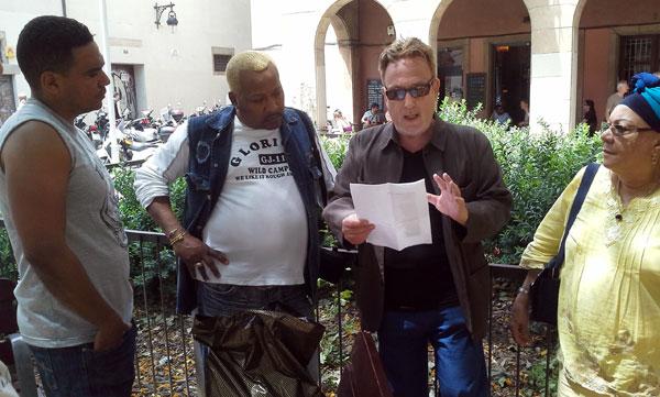 De izquierda a derecha: Eduardo Llibre, José Luis Cortés «El Tosco», Jordi Rueda —recitando «Píntame angelitos negros»— y Migdalia Hechavarría. © Xavier Pintanel