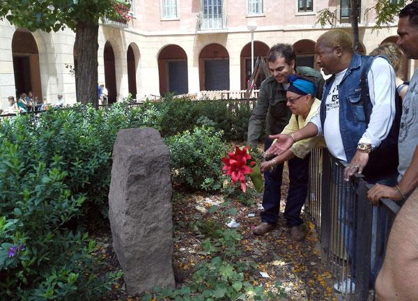Migdalia Hechavarría deposita unas flores en el monumento a Antonio Machín mientras «El Tosco» le dedica unas palabras. © Xavier Pintanel