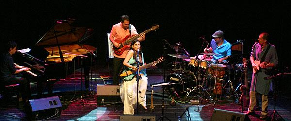 Marta Gómez y su banda. De izquierda a derecha: Juan Andrés Ospina, Santi Greco, Marta Gómez, Salvador Toscano y Juancho Herrera.  © Xavier Pintanel