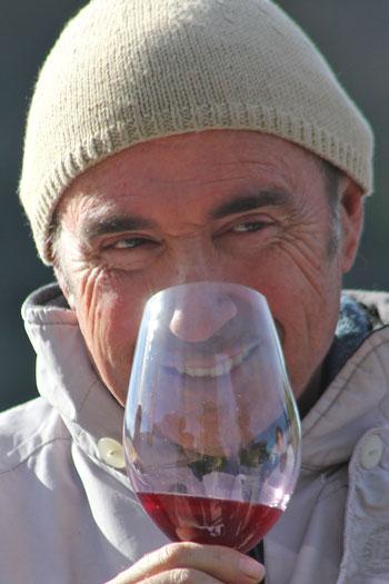 Lluís Llach catando uno de sus vinos. © Elaine Jones