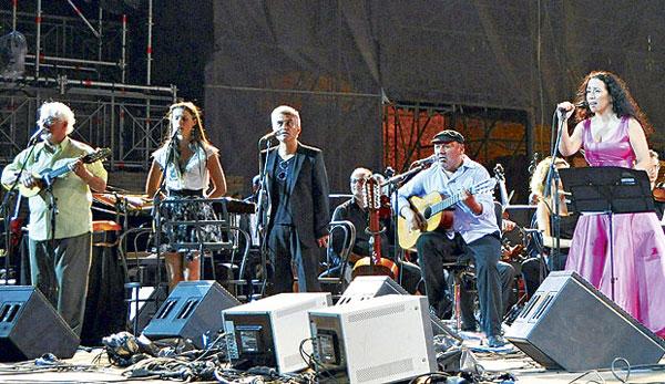 Fotografía del concierto celebrado en Pompeya. De izquierda a derecha: Horacio Durán, Fran Valenzuela, Jorge González, Horacio Salinas y Claudia Acuña.